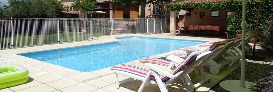 Une piscine dans le jardin aisance